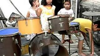 Bi-Nhi( con bố BÌNH ) và các bạn chơi  trống  11-2009