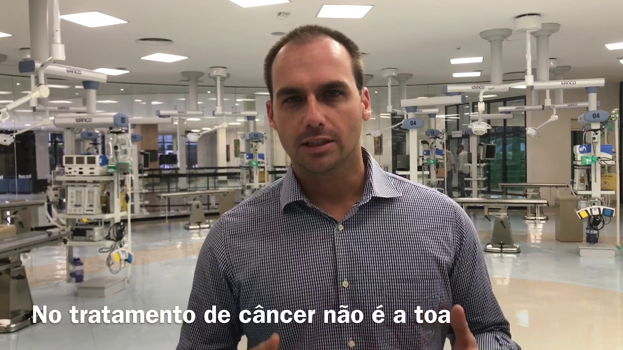Jair e Eduardo Bolsonaro visitam o Hospital do Câncer de Barretos-SP