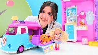 Barbie ve Steffie patisi kırık köpeği veterinere alıyorlar.