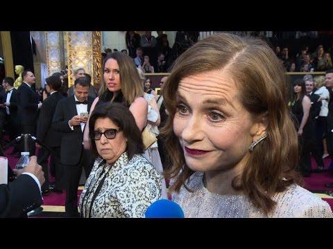 Isabbelle Huppert arrive à la cérémonie des Oscars