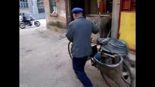 益陽小區 - 中國湖南益陽市 What is he doing? Yiyang, Hunan, China