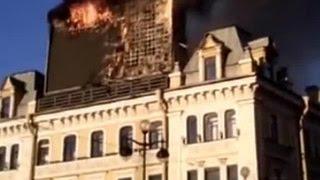 В Петербурге на площади Восстания загорелся 8-метровый рекламный щит(, 2015-06-28T11:04:30.000Z)