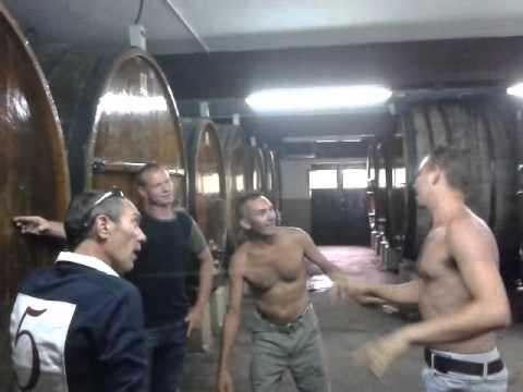 Contentos y alegres en una sidrería de Astigarraga.