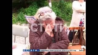 Плачущих коммунальщиков приставы выселяют из квартир под хохот жителей