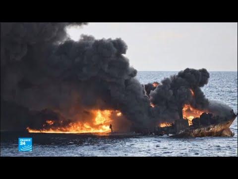 صور من الحريق الهائل الذي ضرب ناقلة النفط الإيرانية  - نشر قبل 1 ساعة