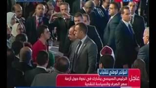 بالفيديو.. محافظ البنك المركزى يصور الرئيس بهاتفه الشخصى أثناء حديثه مع أحد المعاقين