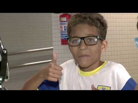 Crianças ganham óculos