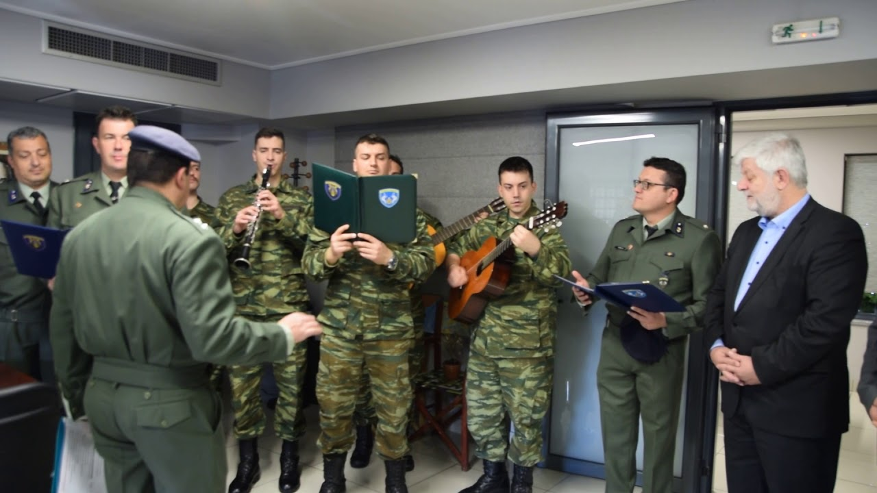 Πρωτοχρονιάτικα κάλαντα από τη μπάντα του στρατού στο Δήμαρχο Τρίπολης