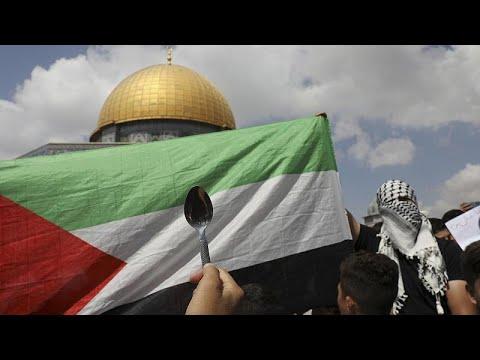 فيديو | العشرات يتظاهرون أمام المسجد الأقصى دعماً للأسرى الفلسطينيين…