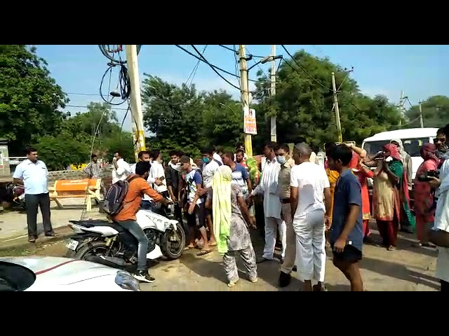 बरसाती पानी की निकासी न होने से परेशान नागरिकों ने किया रोड जाम