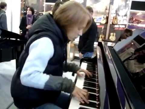 Девушка  красиво играет на фортепиано