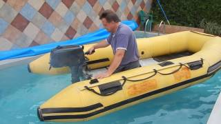 Zkouška motorového nafukovacího člunu v bazénu