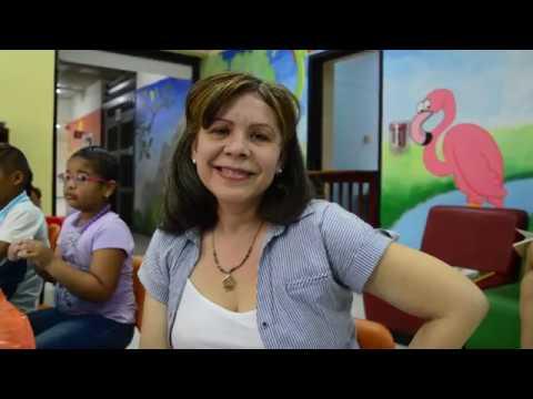 Mary Navarro, tutora encargada de enseñar a niños a elaborar papel reciclado en Banrepública