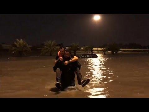 عودة الملاحة الجوية بمطار الكويت بعد فيضانات عارمة وأمطار غزيرة…  - نشر قبل 2 ساعة
