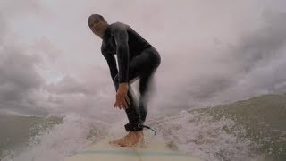 Kinderen surfen in een zee vol haaien