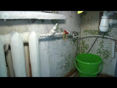 Жители дома на улице Героев Труда в Новосибирске берут горячую воду из системы отопления