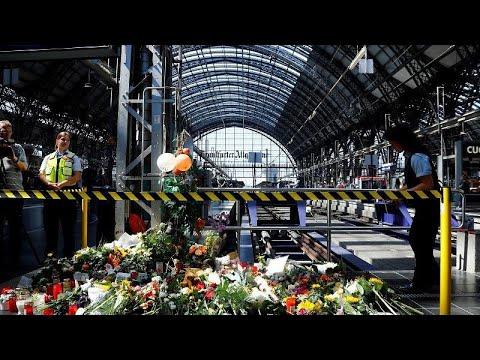 Смотреть Германия: женщину с ребёнком толкнули под поезд онлайн