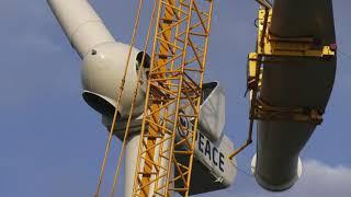 Rotorbladen windmolen  worden in de laatste windmolen geplaatst