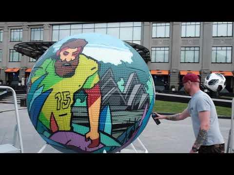 Художники на Кузнецком мосту разрисовывают футбольные мячи к Чемпионату мира по футболу