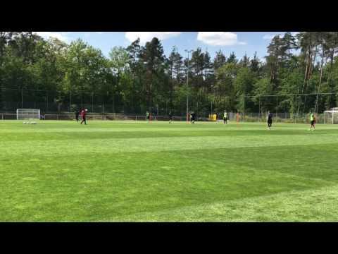 Fußballtraining Übung Abwehrverhalten in der Dreier-/ Viererkette auf lange Flugbälle - Verschieben