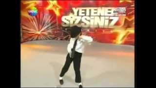 طفل تركي يرقص مثل مايكل جاكسون بطريقة مذهلة