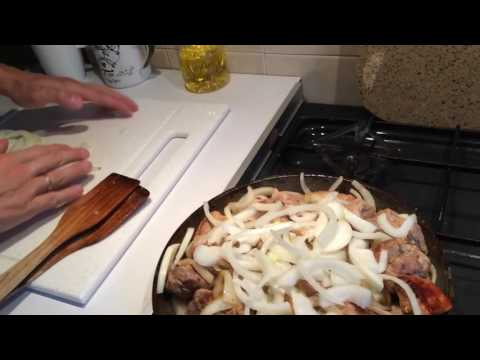 Как пожарить свинину на сковороде . Свинина и лук .