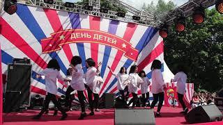 """Танец детей под песню из фильма """"Криминальное чтиво"""" на сцене в Москве."""