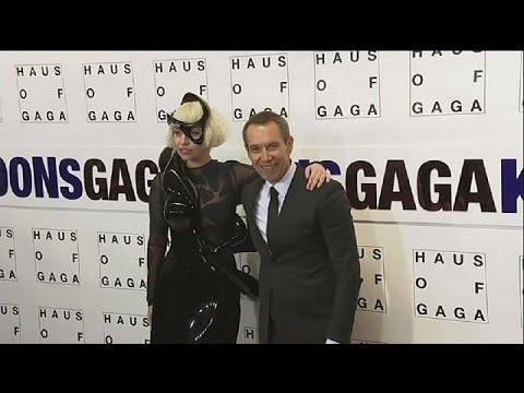 Η Lagy Gaga, ο Jeff Koons και... το ιπτάμενο φόρεμα - le mag