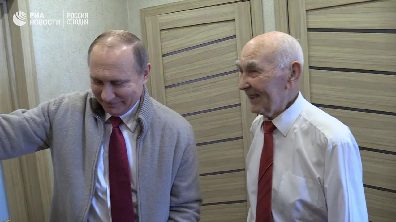"""Путин подарил бывшему шефу выпущенную в день его рождения газету """"Правда"""""""