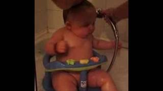 comment laver bébé avec une douche