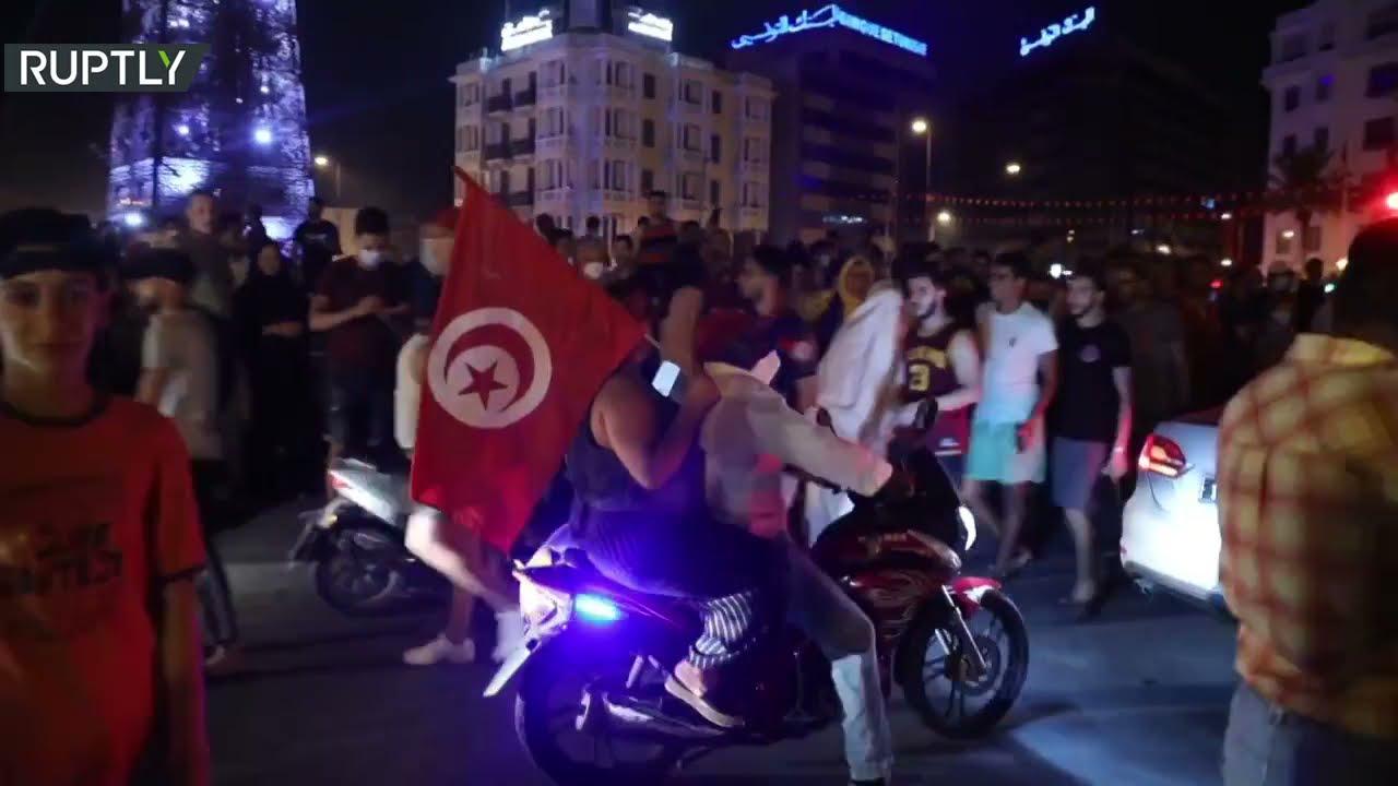 آلاف التونسيين يحتفلون بقرار الرئيس حل الحكومة وتجميد عمل البرلمان  - نشر قبل 29 دقيقة
