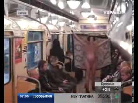 Голые женщина в метро, кружевные чулки порно фото