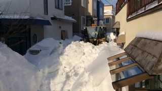 北海道小樽市で狭い道路を除雪車で作業中の大和建設のハイドバンの妙技 thumbnail