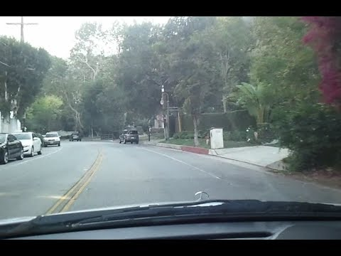 Celebrity Mansions Tour in Beverly Hills on Benedict Cyn