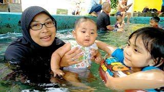 Senangnya Yaya Menemani Dede Raffa Pertama Kali Bermain Air di Kolam Renang Cipanas Galunggung