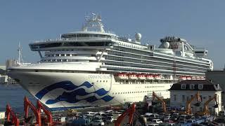 """Круизный лайнер """"Diamond Princess"""" у причала морского вокзала Владивостока."""