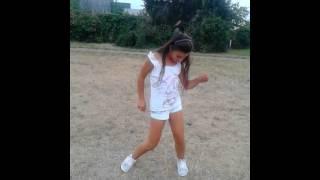 Мокрая девочка танцует-таней моей подруги Кристины