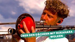 """COSMO Konzert: Über den Dächern mit ... Bukahara spielen """"Wolken"""""""
