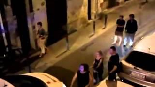 Pelea callejera entre un loco y un policia. Street fight mad vs. police