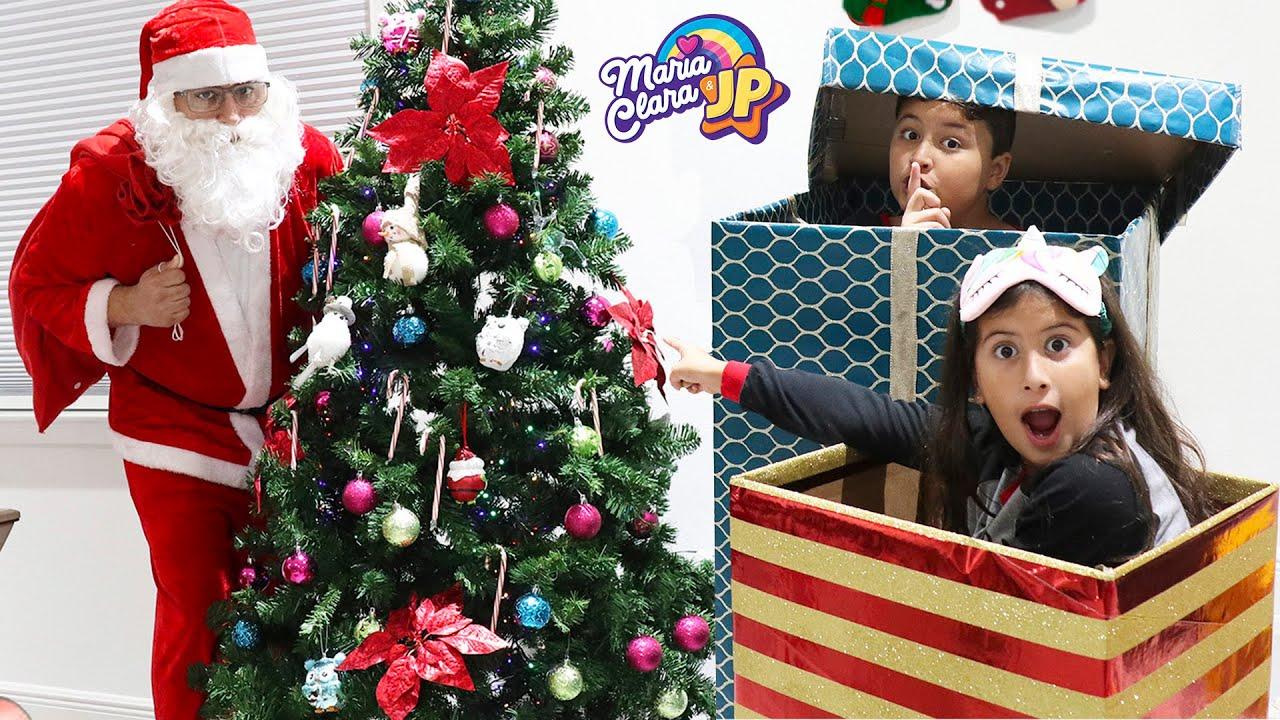 Maria Clara e JP são espiões por um dia e flagraram o Papai Noel na manhã de Natal.