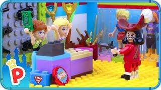♥ LEGO Elsa Hire SUPERHERO BOUNCER to Guard the Magic Shop from the Robbers