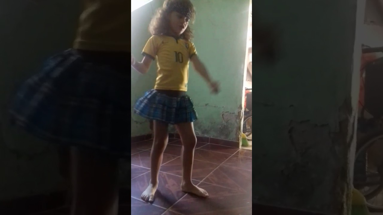 Menina de 5 anos arrasa dançando Mc Tati
