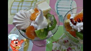 Холодный десерт из мороженого, киви, банана, мандарин