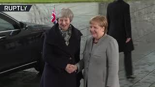 شاهد.. رئيسة وزراء بريطانيا عالقة بالسيارة.. وميركل تنتظرها في البرد