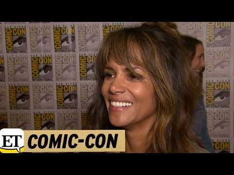 Download Youtube: EXCLUSIVE: Halle Berry Jokes She's 'a Little Drunk' After Chugging Bourbon at SDCC 'Kingsman' Panel