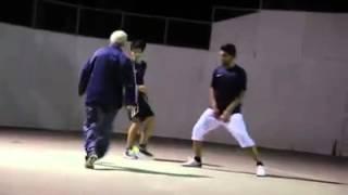 זקן משחק כדורגל ועושה להם פורפרה