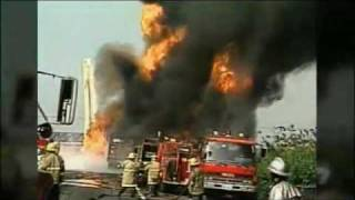 Fuel truck in a huge fire explosion.flv