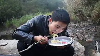 【石頭記事】农村小伙进山搭灶台,接下来就是一锅乱炖,这才是最过瘾的大锅饭 thumbnail
