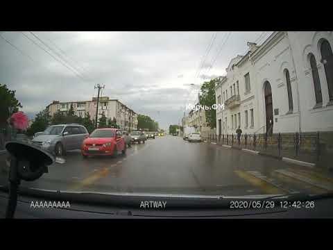 В Керчи ВАЗ чуть не сбил женщину с коляской