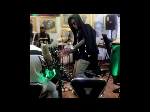 Rekado Banks Dancing to Easy o Jeje Live Band - MUST WATCH